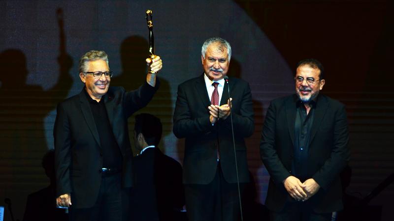 26. Uluslararası Adana Altın Koza Film Festivali'nde Zülfü Livaneli ödülünü alıyor