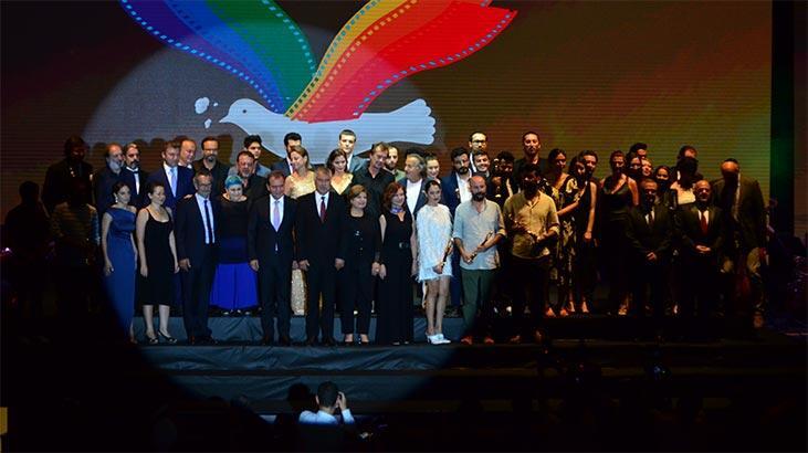 26. Uluslararası Altın Koza Film Festivali'nde ödül alanlar sahnede